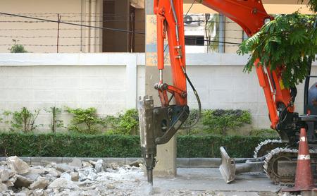 taladro: Maquinas perforadoras trabajan cerca de la carretera - se centran en la máquina de perforación Foto de archivo