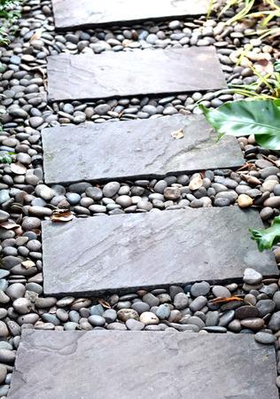 paso de cebra: azulejo del paso de peatones y el fondo de piedra Foto de archivo