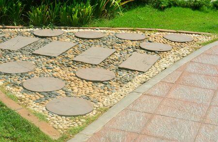 paso de cebra: paso de peatones de piedra en el jardín