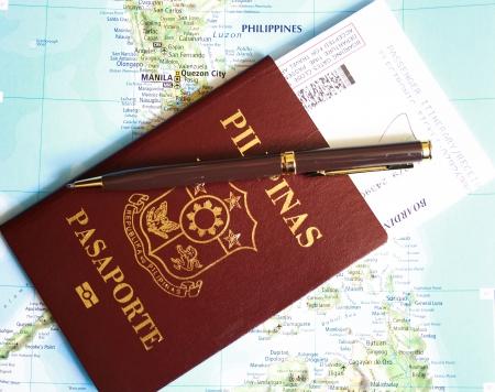 pasaporte: Filipinas pasaporte con un pase de embarque y pluma sobre fondo mapa