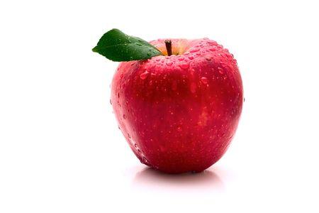 appel water: Rode appel met warter druppel op witte achtergrond
