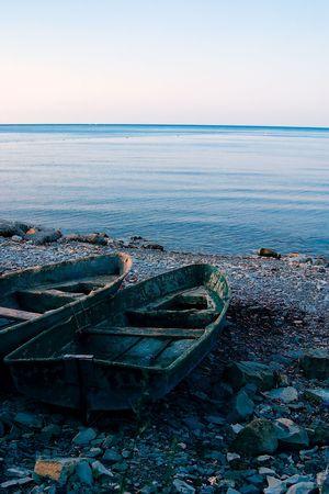 implacable: Vieux bateaux � c�te. Faible contraste matin � cause de l'�clairage. Concept manquer les possibilit�s et le mouvement inexorable du temps.