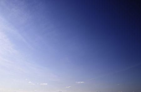 Un cielo despejado al mediodía. La parte inferior de la imagen coincide con la línea del horizonte.