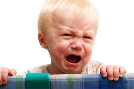 grumpy: De jongen huilt van wrok. Geïsoleerd op een witte achtergrond. Stockfoto