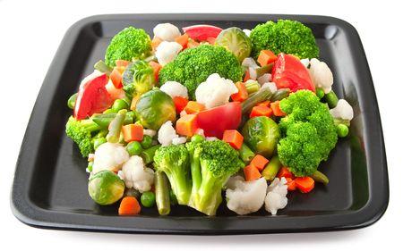 broccoli: Groenten: bloemkool, spruitjes, broccoli, wortelen, string bonen en tomaten op plaat