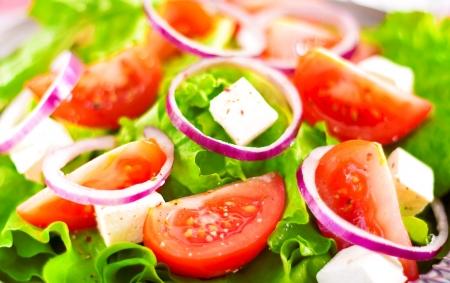 comida rica: Ensalada griega de cerca. Concepto de alimentos saludables Foto de archivo