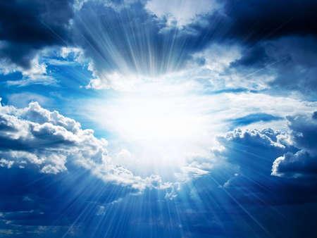 Raggi di sole sfonda le nuvole scure.
