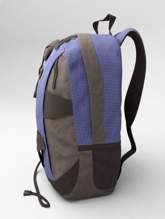 mochila de viaje: Mochila de viaje azul close up sobre un fondo claro