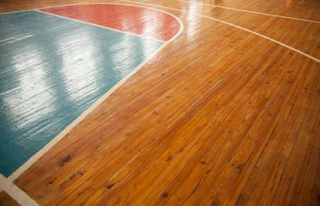 cancha de basquetbol: Cancha de básquet de cerca con la reflexión. Foto de archivo