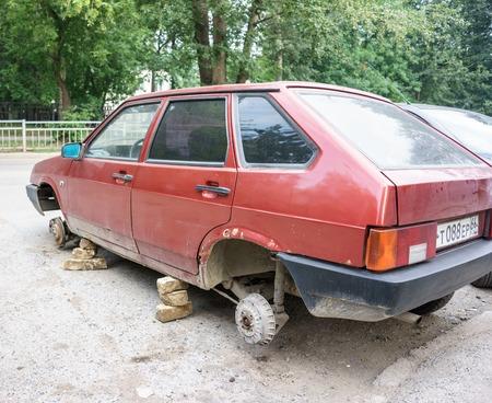 stole: Rusia, Yekaterinburg - julio 21 de, 2016: ruso antiguo VAZ sin ruedas, personas desconocidas se quitó y se robó la rueda en la noche