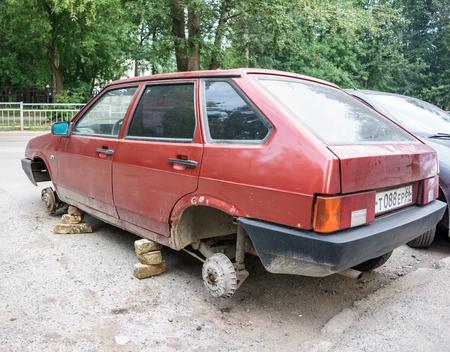 robo: Rusia, Yekaterinburg - julio 21 de, 2016: ruso antiguo VAZ sin ruedas, personas desconocidas se quitó y se robó la rueda en la noche