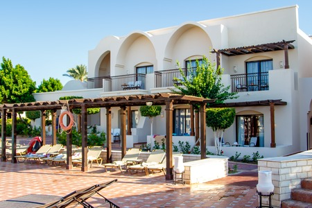 EGYPTE, SHARM EL SHEIKH - 19 juli 2015: Gebouwen en de omgeving van Hotel Jaz Belvedere in Sharm El-Sheikh, Popular Centrum van een strandvakantie en duiken, Rode Zee, Zomer, Egypte