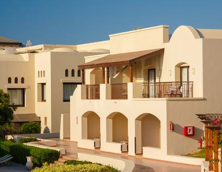 EGYPTE, SHARM EL SHEIKH - JULI 19, 2015: Gebouwen en gebied Hotel Jaz Belvedere in Sharm El Sheikh, populair centrum van een strandvakantie en duiken, rode zee, zomer, Egypte