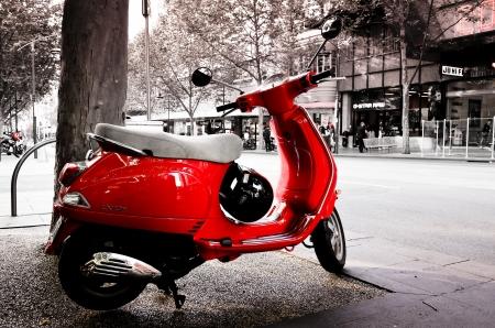vespa piaggio: A Red colorata Vespa per le strade di Melbourne