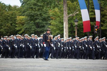 パリ, フランス - 2012 年 7 月 14 日。フランス革命記念日の名誉で毎年恒例の軍事パレード中にフランス外人部隊の兵士たちの行進します。