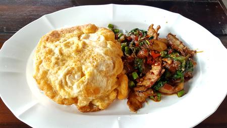 krokant varkensvlees buik met Thaise basilicum serveren met stream rijst