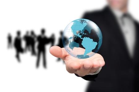 holding globe: In possesso di un globo incandescente terra nelle sue mani.