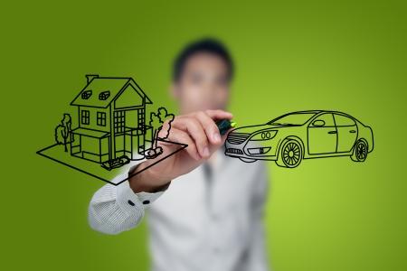 soñar carro: Mano de la casa y el coche de dibujo en una pizarra. Foto de archivo