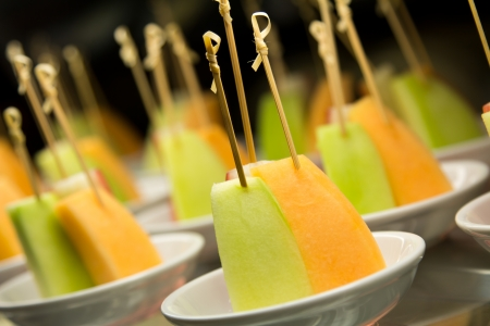fruit skewers: Brochetas de frutas y servir.