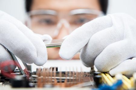 componentes: Ingenieros expertos que examinan los equipos informáticos. Foto de archivo