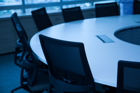 muebles de oficina: Mesa y sillas en la sala de reuniones. Foto de archivo
