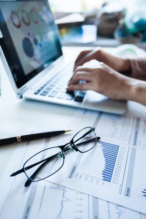 Vérifier les bénéfices déclarés sur le papier et l'ordinateur portable d'affaires.