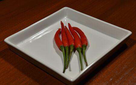 chiles picantes: Los pimientos picantes se encuentran en la placa blanca Foto de archivo