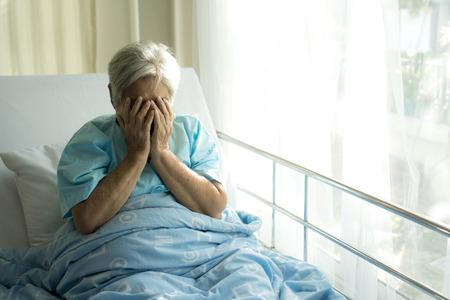 Einsame ältere Patienten in Krankenhausbettpatienten möchten nach Hause gehen - medizinisches und medizinisches Konzept