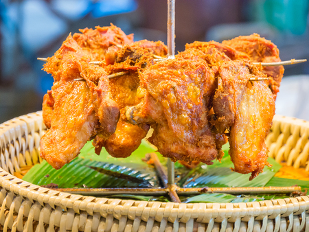 platanos fritos: Fried chicken on banana leaves