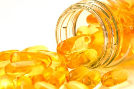 魚油は、オメガ 3 とビタミン D カプセル白 backguound、健康的な食事の概念に心の健康のために良い 写真素材