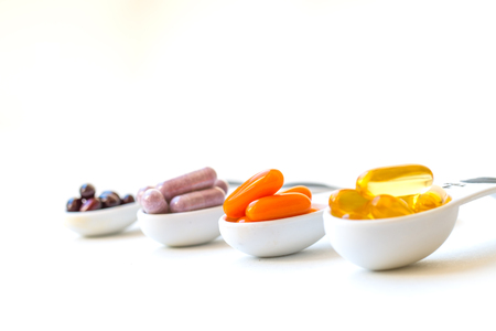 Gezonde Supplementcapsules in lepels Stockfoto - 76394116