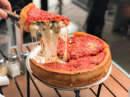 치즈 피자, 시카고 스타일 딥 접시 이탈리아어 치즈 피자 토마토 소스와 함께입니다.