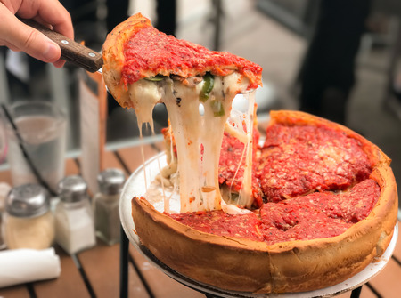 Cheese pizza, Chicago style deep dish italian cheese pizza with tomato sauce. Banque d'images