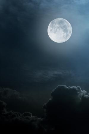 luz de luna: cielo nocturno con la luna y las nubes