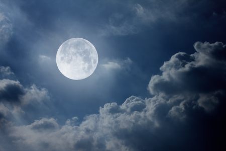 nachtelijke hemel met de maan en de wolken