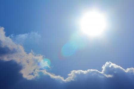 lens flare: sole e cielo nuvoloso con riflesso lente Archivio Fotografico