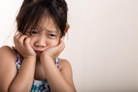 nešťastný: Sad dítě. Sad dítě na pozadí