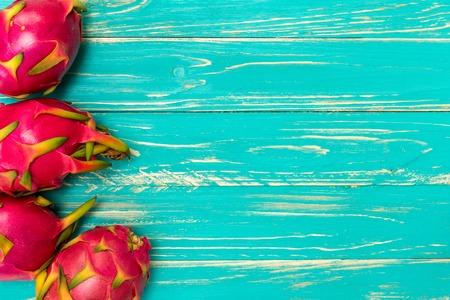 frutas: Dragón Fruta, Fruta tropical, procedente de Asia en el fondo de madera azul