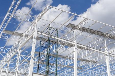 andamios: Estructura de acero con fondo de cielo azul