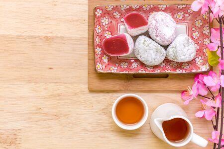 comida japonesa: Comida japonesa en el fondo de madera Foto de archivo