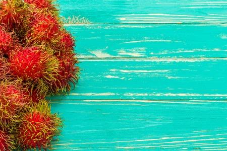 fruta tropical: Frutas Tropicales en el fondo de madera Foto de archivo