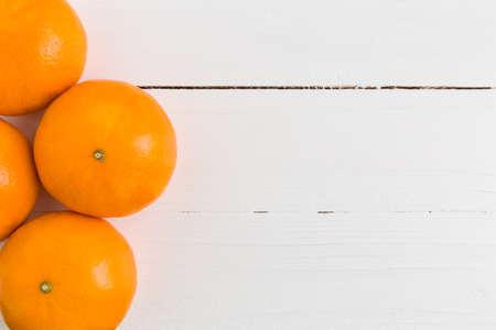 naranja: Naranja en el fondo blanco de madera
