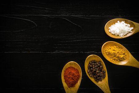 ESPECIAS: Especia en cuchara de fondo Foto de archivo