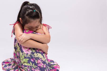 petite fille triste: Enfant Sad sur fond blanc