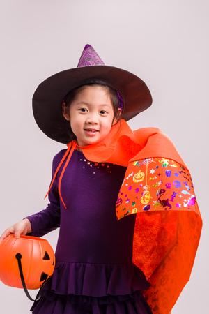 czarownica: Kid Witch kostium na białym Zdjęcie Seryjne