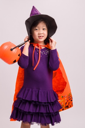 wiedźma: Dziewczynka w stroju czarownicy na białym Zdjęcie Seryjne