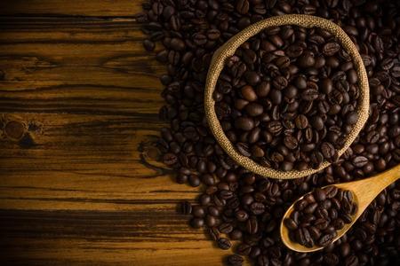 frijol: Granos de caf� en el fondo de madera