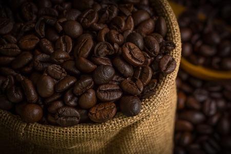 frijoles: Granos de café en fondo de saco Foto de archivo