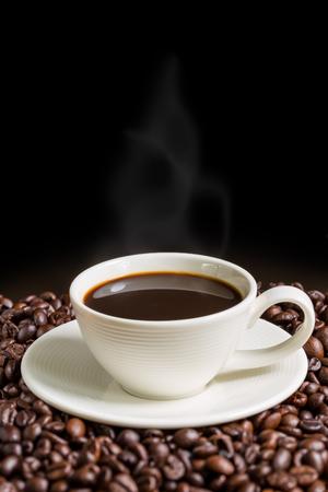 taza de café: Copa del café sobre fondo Negro