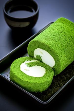 黒い背景にグリーン ティー ケーキ